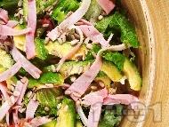 Зелена салата от маруля и рукола с авокадо, бекон / шунка и слънчогледови семки